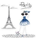 Muchacha que camina con el dogo francés en la París Imagen de archivo