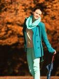 Muchacha que camina con el paraguas en parque otoñal Imágenes de archivo libres de regalías
