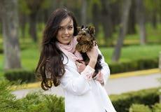 muchacha que camina con el terrier de Yorkshire del perro imagenes de archivo