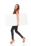 Muchacha que camina con un mensaje Imágenes de archivo libres de regalías