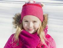 Muchacha que camina en bosque del invierno Imágenes de archivo libres de regalías
