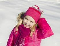 Muchacha que camina en bosque del invierno Imagen de archivo libre de regalías