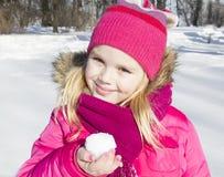 Muchacha que camina en bosque del invierno Fotos de archivo