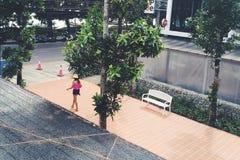Muchacha que camina en camisa rosada Foto de archivo libre de regalías