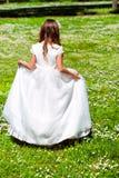 Muchacha que camina en campo de flor. Fotografía de archivo libre de regalías