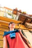 Muchacha que camina en ciudad vieja Foto de archivo libre de regalías