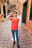 Muchacha que camina en ciudad vieja Imagenes de archivo