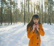 Muchacha que camina en el bosque en invierno Imagen de archivo