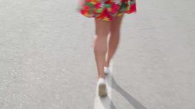 Muchacha que camina en el camino y las risas almacen de metraje de vídeo
