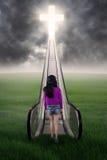 Muchacha que camina en el campo al cielo Imagen de archivo