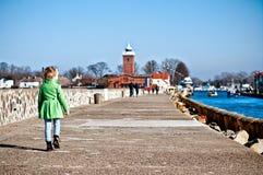 Muchacha que camina en el embarcadero de Darlowo Foto de archivo