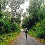Muchacha que camina en el parque Foto de archivo