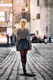 Muchacha que camina en la calle en la ciudad que lleva una falda back Imagen de archivo