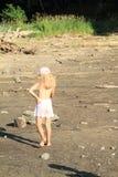 Muchacha que camina en la tierra de sequía fotografía de archivo