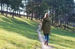 Muchacha que camina en la trayectoria del parque Fotos de archivo