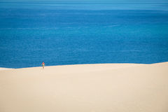 Muchacha que camina en las dunas blancas en la isla de Bazaruto Fotografía de archivo libre de regalías