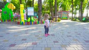 Muchacha que camina en parque de atracciones almacen de video