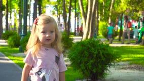 Muchacha que camina en parque de atracciones en verano almacen de metraje de vídeo