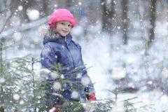Muchacha que camina en parque nevoso Imagen de archivo