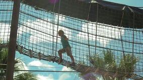 Muchacha que camina en puente colgante metrajes