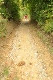 Muchacha que camina en un camino del campo Fotos de archivo libres de regalías