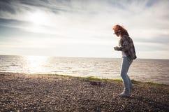Muchacha que camina en una costa de mar Imagen de archivo libre de regalías