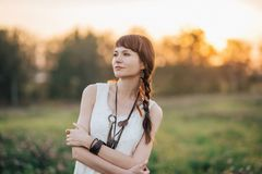 Muchacha que camina joven bonita en la naturaleza foto de archivo libre de regalías