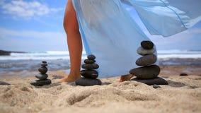 Muchacha que camina a lo largo de la orilla del océano Balanza de las piedras almacen de video