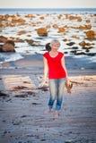Muchacha que camina a lo largo de la playa Foto de archivo