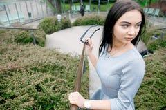 Muchacha que camina/muchacha hermosa en la opinión del parque de Varsovia Imágenes de archivo libres de regalías