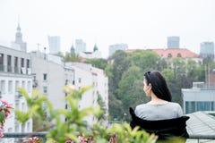 Muchacha que camina/muchacha hermosa en la opinión del parque de Varsovia Imagen de archivo