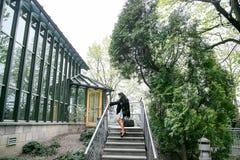 Muchacha que camina/muchacha hermosa en la opinión del parque de Varsovia Imagen de archivo libre de regalías