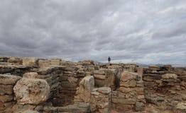 Muchacha que camina sobre el sitio arqueológico real del hijo en la costa del norte de la isla de Mallorca de par en par Fotos de archivo libres de regalías