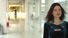 Muchacha que camina a través de la alameda de compras con los bolsos metrajes