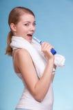 Muchacha que canta al cepillo de dientes Cuidado dental de los dientes Fotos de archivo