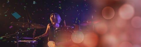 muchacha que canta en el concierto con la transición Foto de archivo libre de regalías