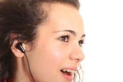 Muchacha que canta en un MP3 Fotos de archivo libres de regalías