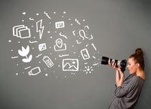 muchacha que captura los iconos blancos de la fotografía Fotografía de archivo