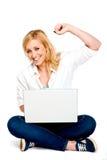 Muchacha que celebra éxito con la computadora portátil Fotografía de archivo libre de regalías