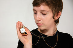 Muchacha que celebra el reloj de bolsillo pasado de moda Imágenes de archivo libres de regalías
