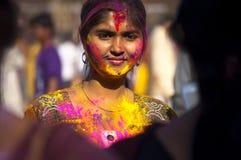 Muchacha que celebra festival del holi Imagenes de archivo