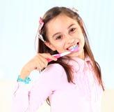 Muchacha que cepilla sus dientes. Foto de archivo libre de regalías