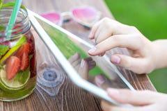 Muchacha que charla en la tableta Fotos de archivo libres de regalías