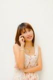 Muchacha que charla por el teléfono móvil Imágenes de archivo libres de regalías