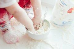 Muchacha que cocina la hornada Fotografía de archivo libre de regalías