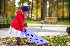 Muchacha que coge su paraguas imagen de archivo libre de regalías