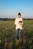Muchacha que coloca y que sostiene una tableta Fotografía de archivo