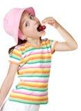 Muchacha que come cerezas Fotografía de archivo