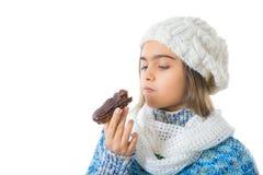 Muchacha que come el buñuelo azucarado Fotos de archivo