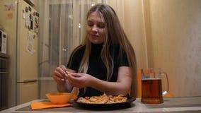 Muchacha que come el camarón Cerveza y camarón La muchacha limpia el camarón almacen de metraje de vídeo